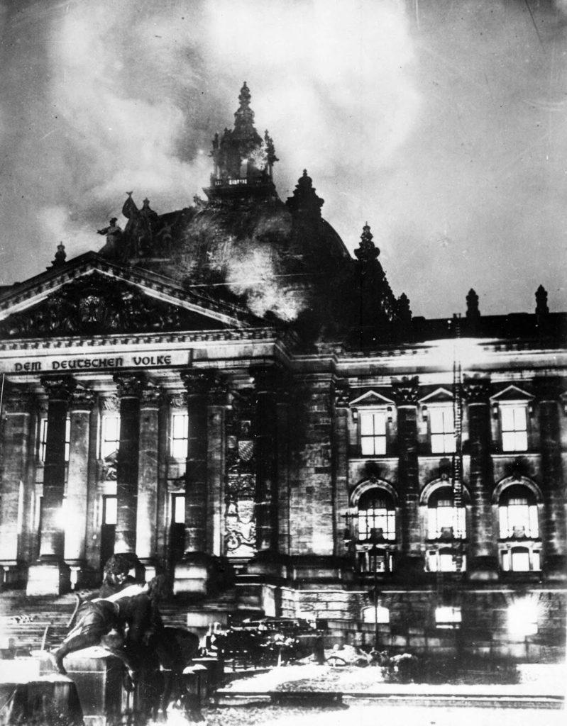 Reichstag_fire_1933-799x1024 Come prenotare la visita del Reichstag di Berlino