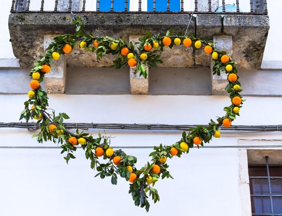 san-valentino-vico-del-gargano-cuore-decorazione-arance-02 San Valentino a Vico del Gargano: la festa dell'amore e delle arance