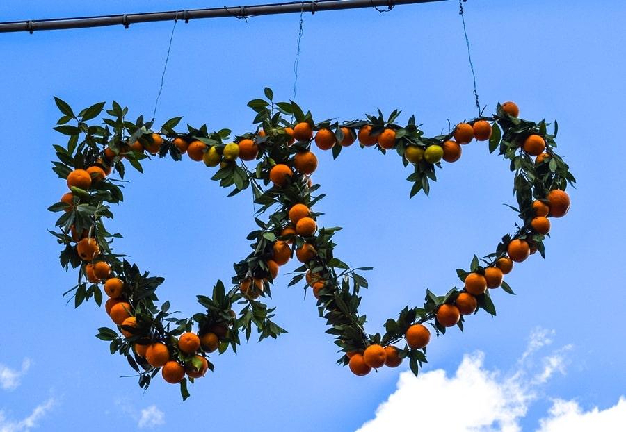 san-valentino-vico-del-gargano-cuore-decorazioni-arance San Valentino a Vico del Gargano: la festa dell'amore e delle arance