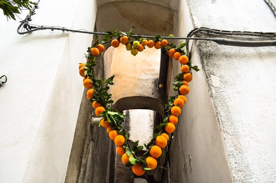 san-valentino-vico-del-gargano-decorazione-arance-cuore San Valentino a Vico del Gargano: la festa dell'amore e delle arance