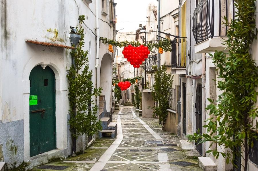 san-valentino-vico-del-gargano-vicolo-decorato San Valentino a Vico del Gargano: la festa dell'amore e delle arance