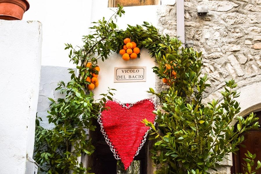 san-valentino-vico-del-gargano-vicolo-del-bacio-01 San Valentino a Vico del Gargano: la festa dell'amore e delle arance