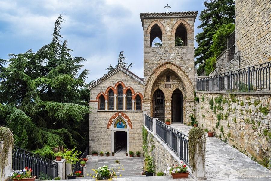 abbazia-dell-angelo-orsara-di-puglia-monti-dauni-posti-da-vedere-in-puglia-02 Itinerario tra i borghi dei Monti Dauni: una Puglia tutta da scoprire!