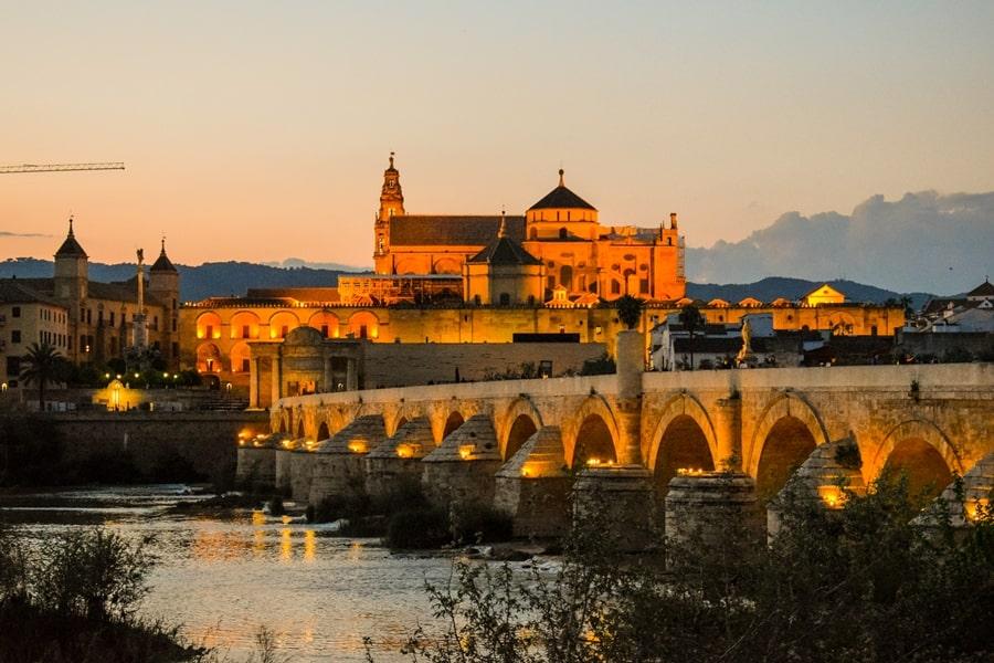 cosa-vedere-a-cordoba-un-giorno-ponte-romano-tramonto-andalusia-spagna Cordoba: cosa vedere in 24 ore, dove mangiare e dormire