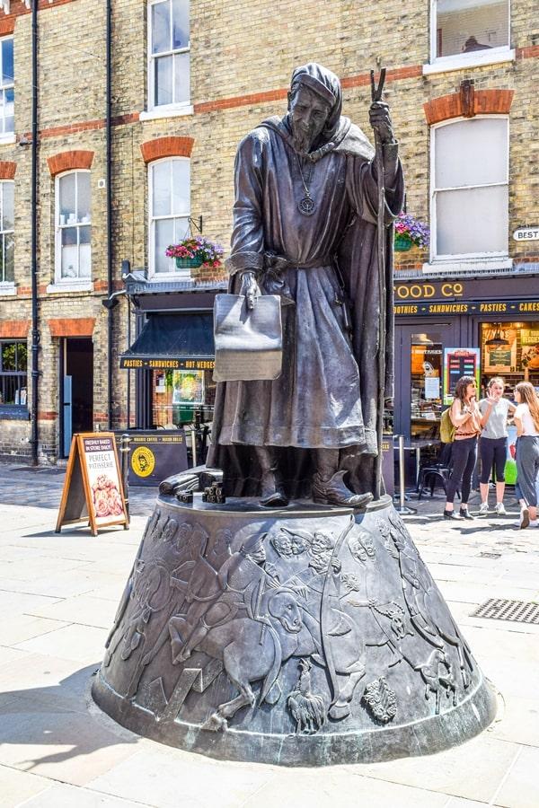 cosa-vedere-a-canterbury-statua-geoffrey-chaucer Canterbury: cosa vedere e fare in un giorno partendo da Londra