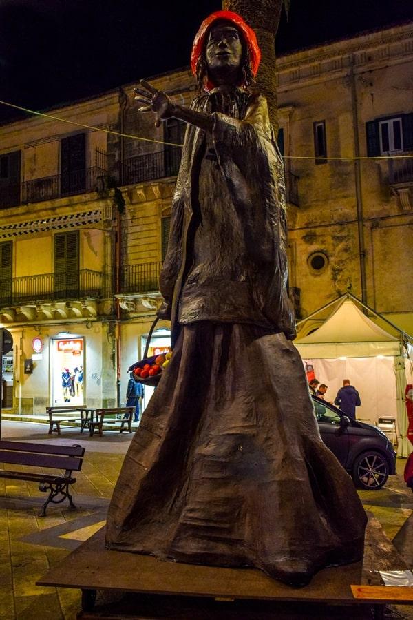 statua-chocomodica-cappuccetto-rosso-modica Chocomodica: la festa del cioccolato di Modica