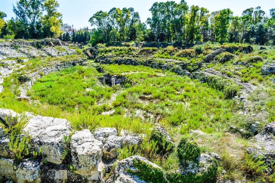 cosa-vedere-a-siracusa-sicilia-parco-archeologico-neapolis-anfiteatro-romano Cosa vedere a Siracusa: tutti i luoghi da non perdere