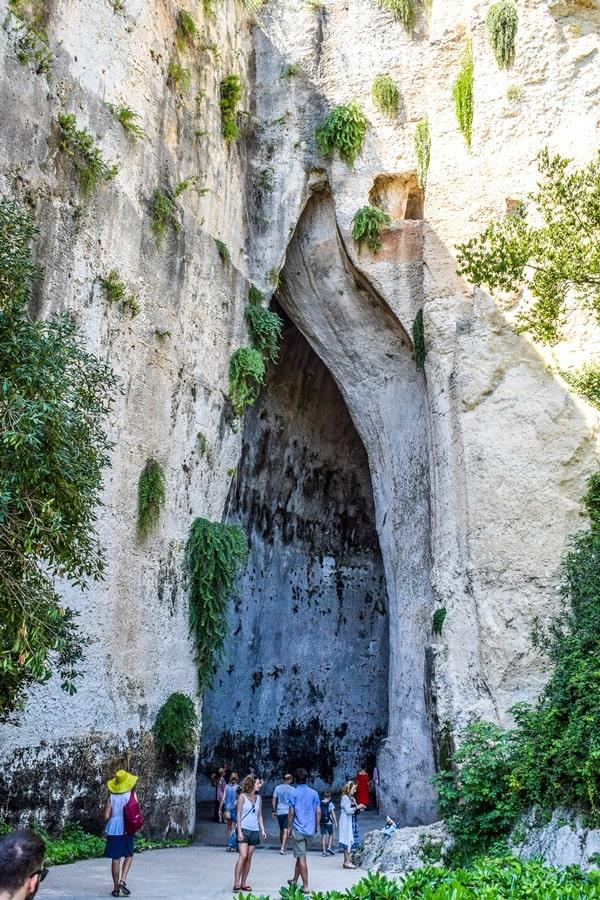 cosa-vedere-a-siracusa-sicilia-parco-archeologico-neapolis-orecchio-di-dioniso-01 Cosa vedere a Siracusa: tutti i luoghi da non perdere