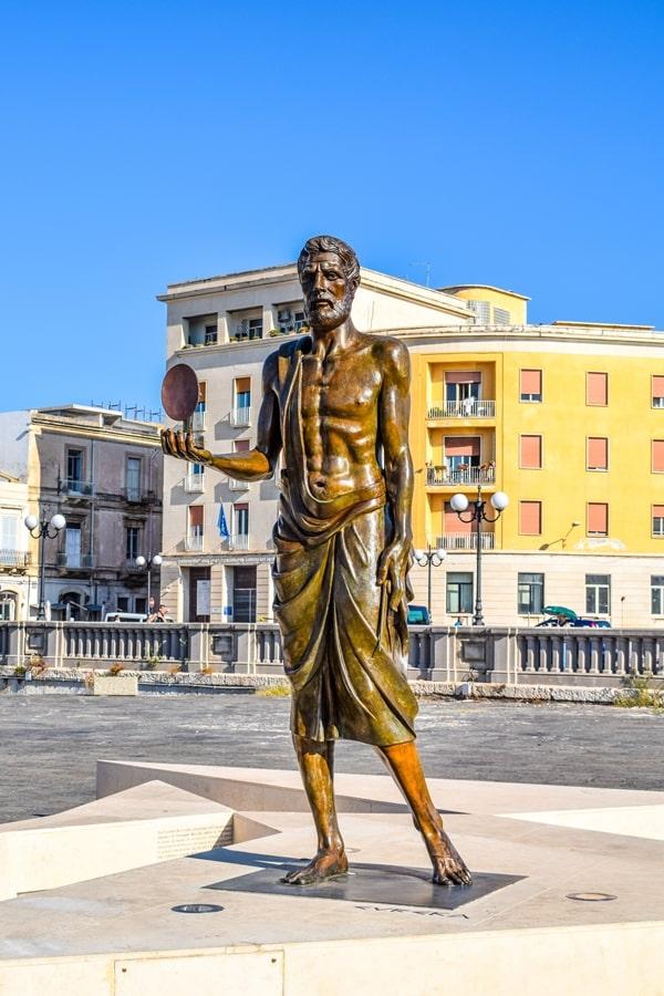 cosa-vedere-a-siracusa-sicilia-ponte-umbertino-statua-archimede Cosa vedere a Siracusa: tutti i luoghi da non perdere