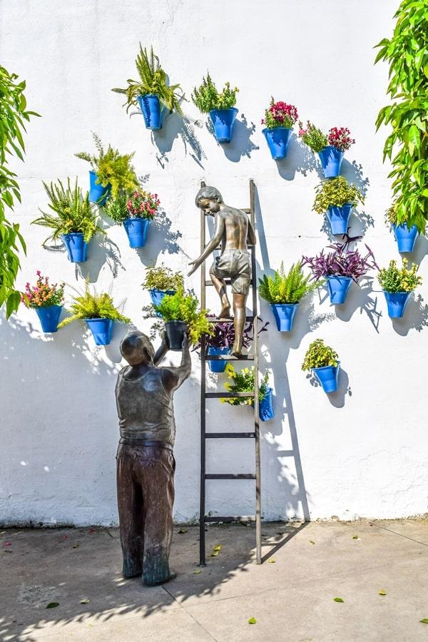 cortili-cordoba-monumento-nonno-bambino Cortili di Cordoba: informazioni per visitare i patios fioriti più belli