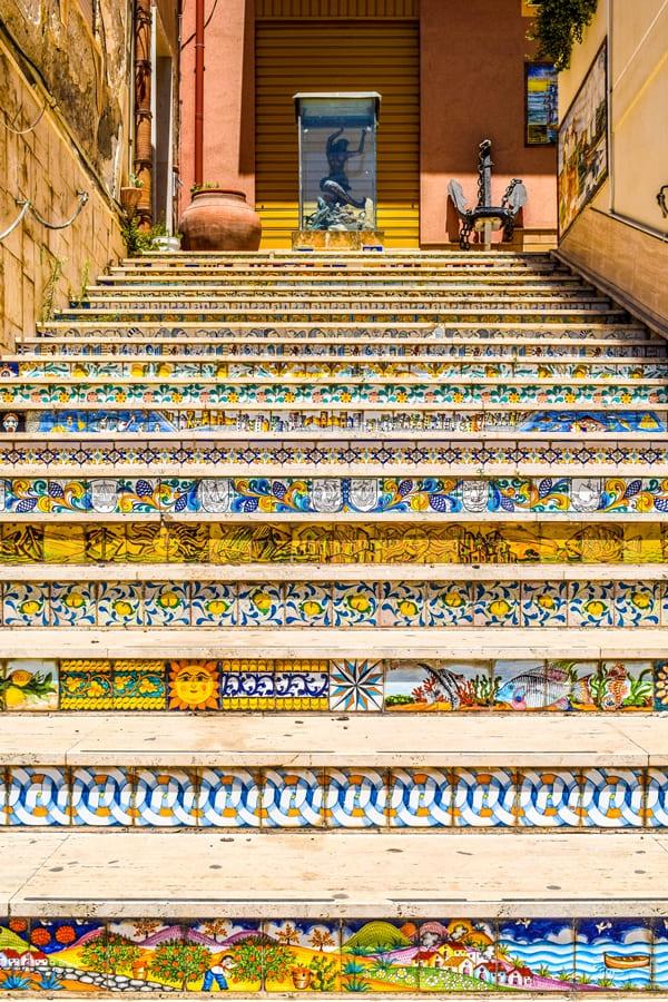 cosa-vedere-a-sciacca-scalinata-02 Sciacca: cosa vedere nella cittadina delle ceramiche e delle terme